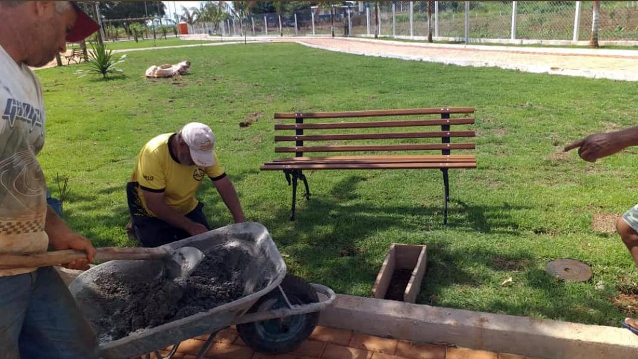 Prefeitura realiza colocação de bancos na Praça Olivier Martins de Medeiros