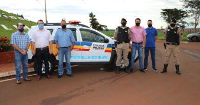 Prefeito e vice fazem a entrega de nova patrulha para Polícia Militar