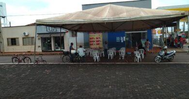 Prefeitura instala tenda e cadeiras em frente a lotérica para atender população